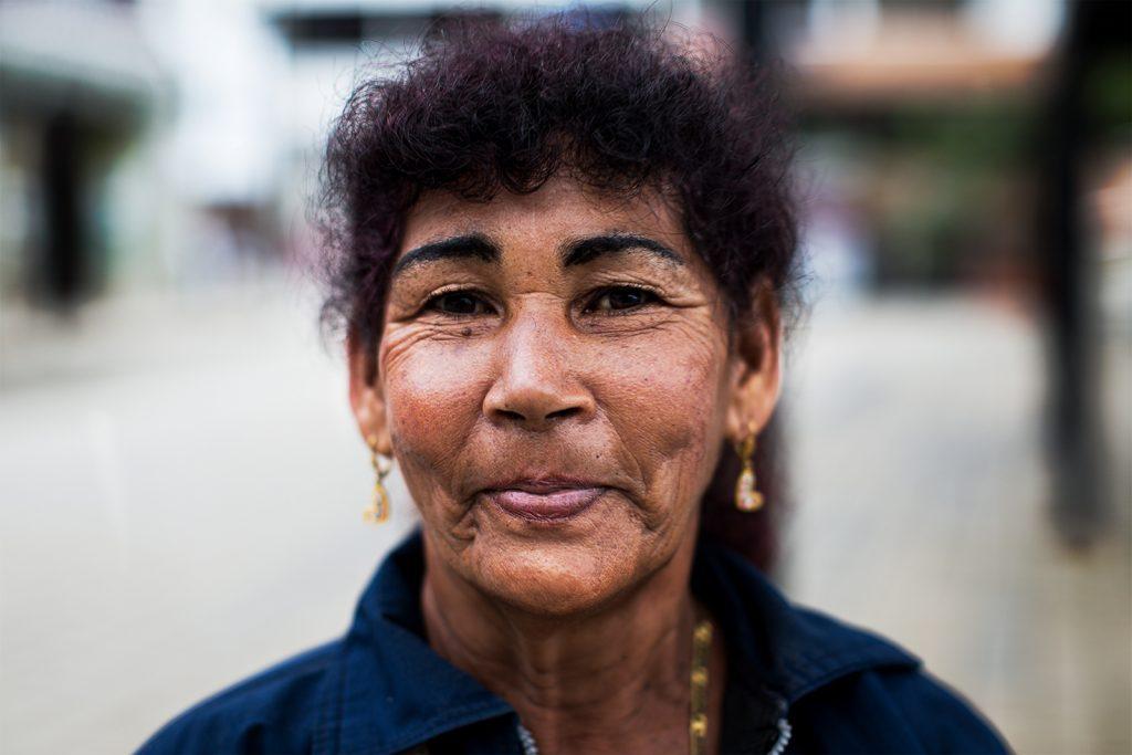 """Roza Vera Areiza. 60 años.  """"Nosotros metimos la coca pero nunca quitamos la comidita como los demás vecinos. Siempre conservamos la huertica, los marranos, un lotecito de café. La cuestión es que usted recoge el cafecito y brega mucho para venderlo. Con la coca en cambio uno no bregaba tanto""""."""
