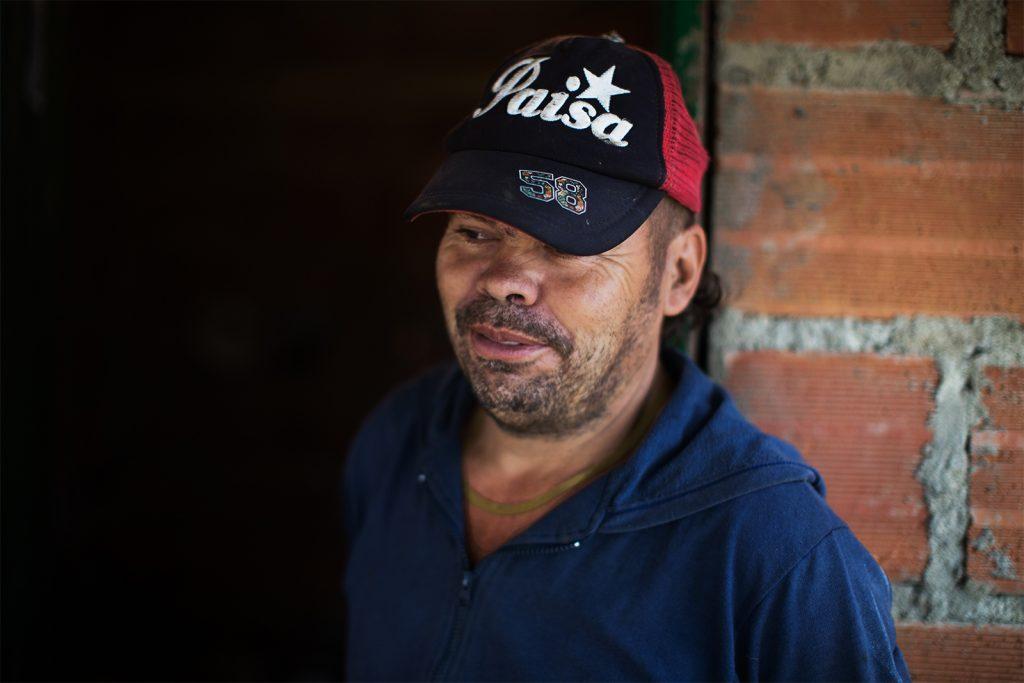 """Juan Vianey Correa Euse. Erradicó 2 hectáreas, unas 11 mil matas.   """"Antes de la llegada de coca yo sembraba maíz, fríjol, yuca… comida. Pancoger que llaman.Después me dediqué sólo a la coca. Por ahí andan diciendo que los proyectos productivos por acá van a hacer de cacao. Pero yo de eso no sé, ¿si me entiende?"""